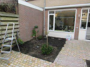 Functioneel en bloemrijk bij rijtjeshuiste Nunspeet aanplant heesters