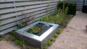 Functioneel en bloemrijk bij rijtjeshuiste Nunspeet na aanplant vaste planten